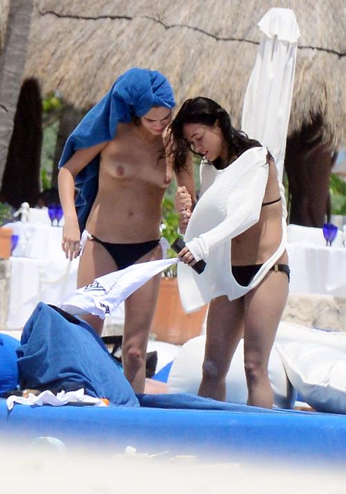 Image 3: Michelle Rodriguez et Cara Delevinge topless a Cancun
