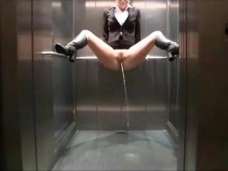 Image 1: Video uro de 30 filles qui font pipi en public ou parterre
