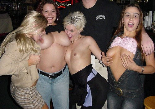Image 1: Ivres elles posent seins nus au bar de la boite