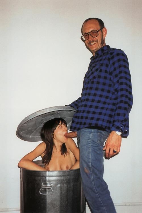 Image 1: Ce mec se fait sucer par sa femme nue dans une poubelle