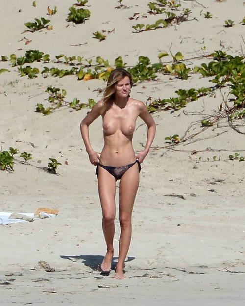 Image 9: Edita Vilkeviciute se baigne topless