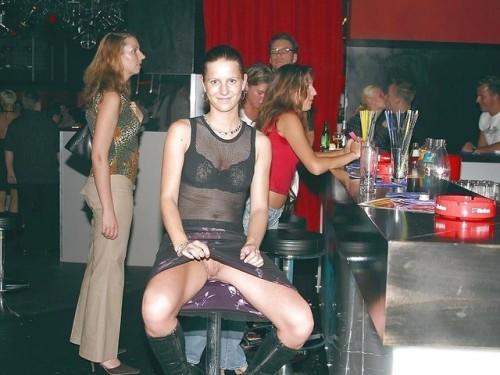 Image 1: Photo exhib de ma femme qui fait un upskirt sans culotte dans un bar