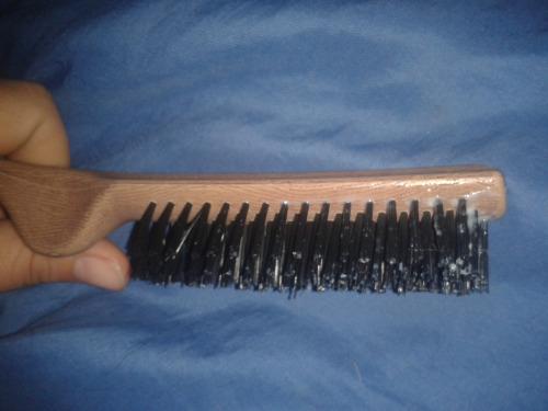 Image 1: Ma femme se gode avec la brosse a recurer