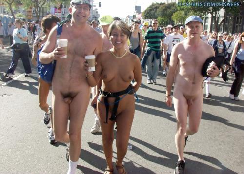 Image 1: 3 naturistes s exhibent dans une manif