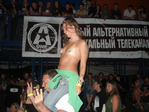 Image 1: Jeune fille exhib montre ses seins nus en concert
