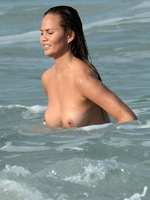 Image 8: Chrissy Teigen totalement nue a la plage