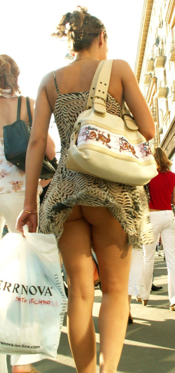 Image 1: Ce voyeur a reussi a flasher une fille sans culotte
