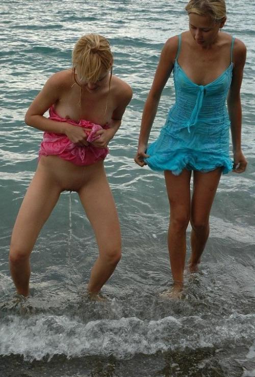 Image 1: Photo d une coquine blonde qui fait pipi dans la mer