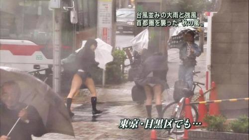 Image 1: Oops Quand le vent souffle au Japon on voit les culottes sous les jupes