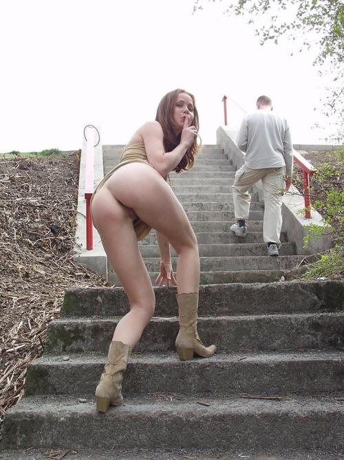 Image 1: Coquine sans culotte montre sa chatte dans les escaliers