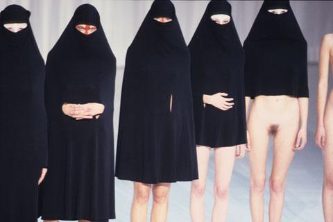 Image 1: Il suffirait de raccourcir les burka pour