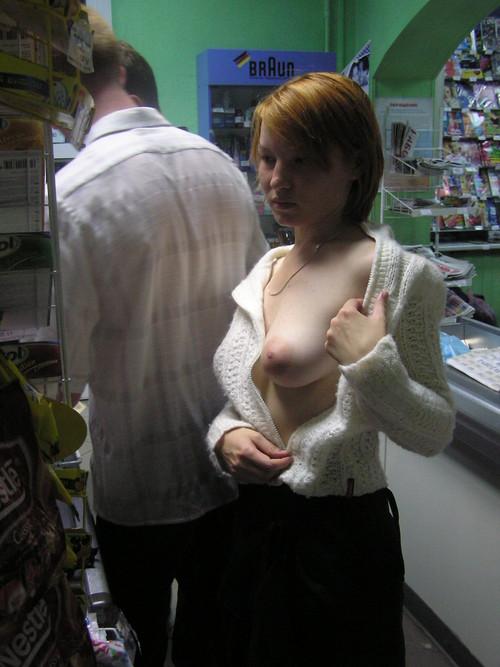 Image 1: Elle flash son joli nichon a la caisse du magasin