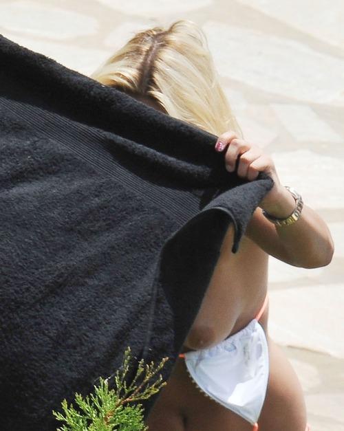 Image 3: Les seins nus de Sam Faiers