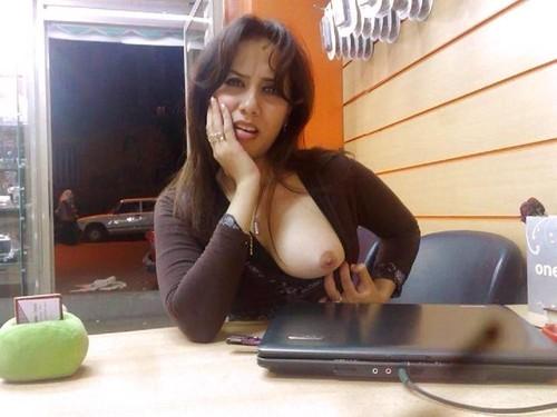 Image 1: Ma collegue de bureau qui me montre un sein