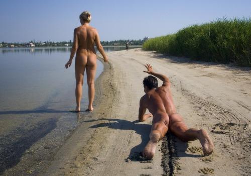 Image 1: Ne jamais suivre une belle fille en rampant sur le sable