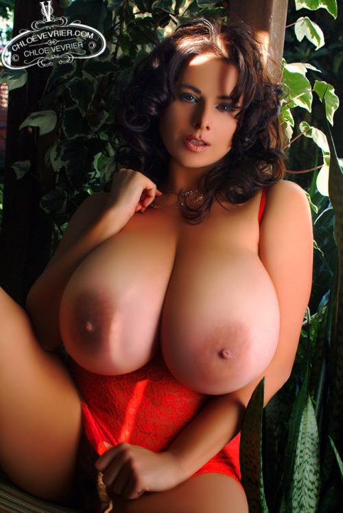 Image 5: Cette belle femme nue montre ses seins geants