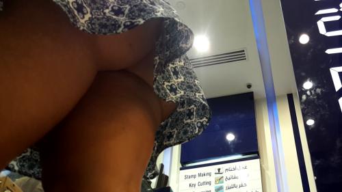 Image 1: Ma femme nue sous sa jupe Elle ne porte pas de culotte