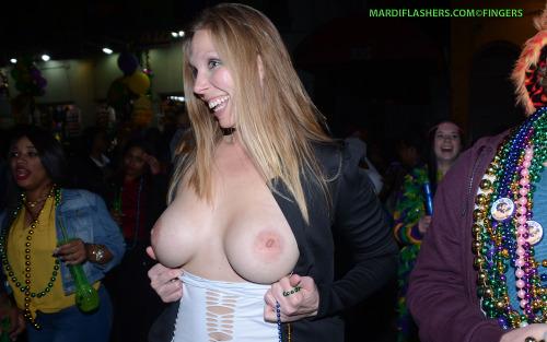 Image 1: Photo d une jeune blonde qui montre ses seins en public