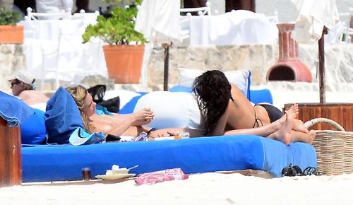Image 8: Michelle Rodriguez et Cara Delevinge topless a Cancun