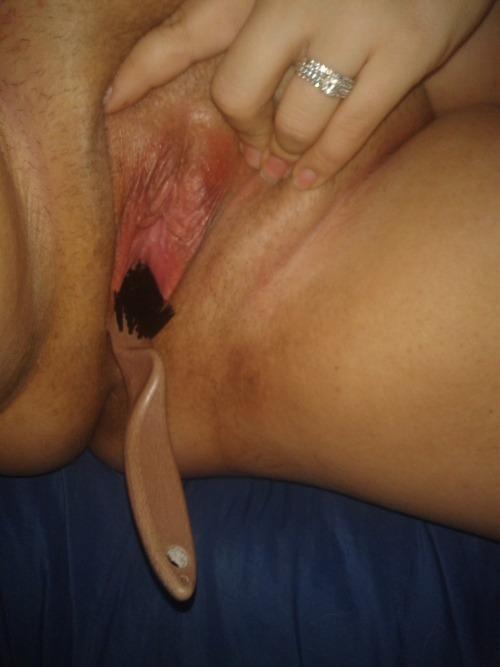 Image 3: Ma femme se gode avec la brosse a recurer