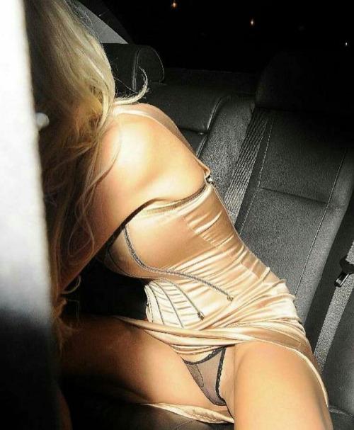 Image 3: Quelques oops de stars qui montrent leur string en sortant de voiture