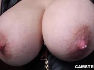 Image 1: Cette camgirl cherche un mec pour pomper ses gros seins pleins de lait