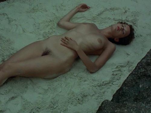 Image 1: Sylvia Kristel nue dans le film Emmanuelle