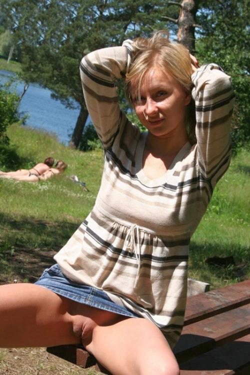 Image 1: Upskirt d une jeune amatrice blonde sans culotte sur un banc public