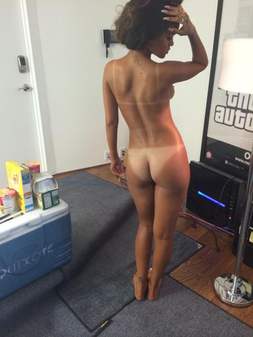 Image 2: Photos volees de Rihanna completement nue