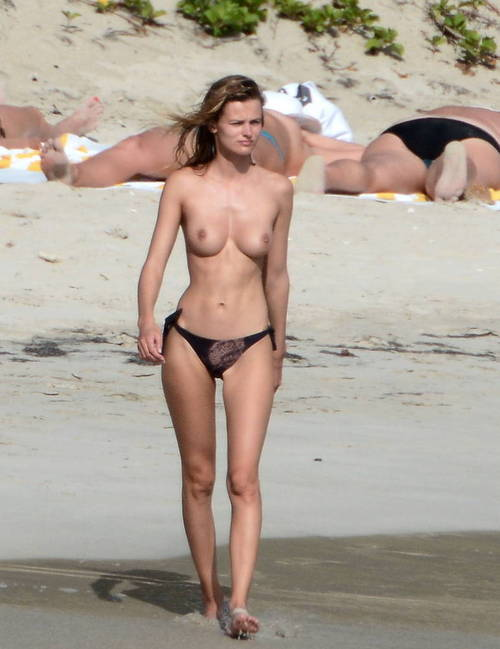 Image 2: Edita Vilkeviciute se baigne topless