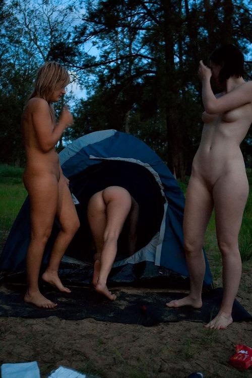 Image 1: 3 copines nues en camping sauvage