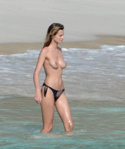 Image 1: Edita Vilkeviciute se baigne topless