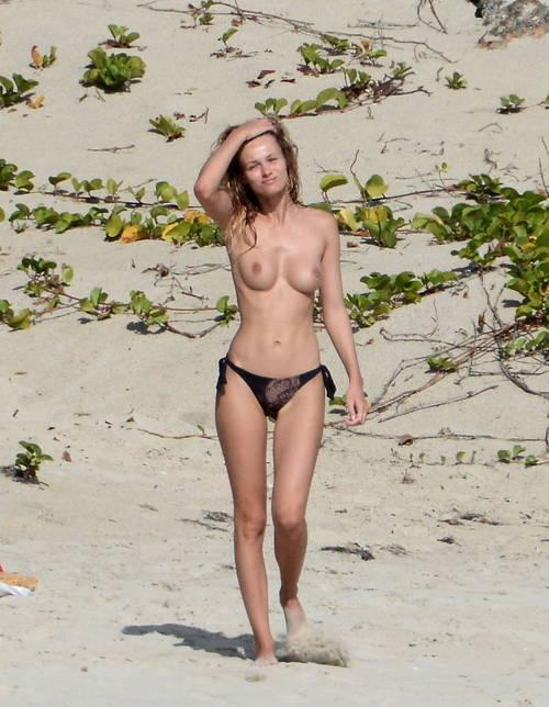 Image 8: Edita Vilkeviciute se baigne topless