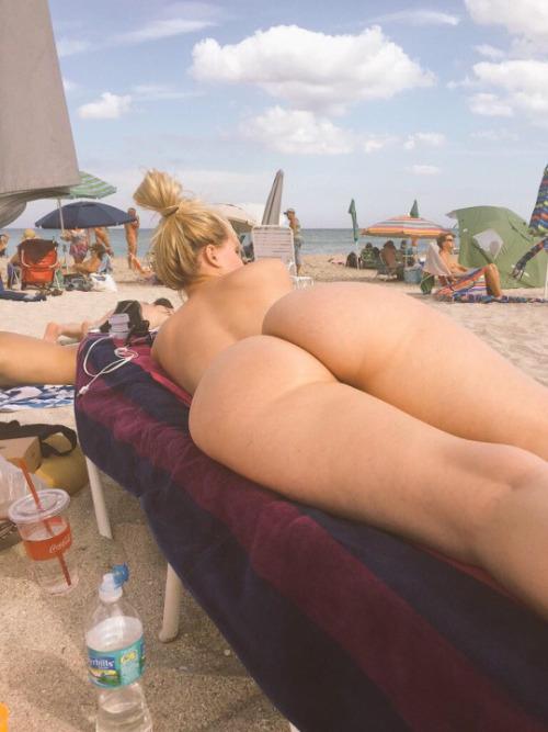 Image 1: Joli cul amateur a la plage naturiste