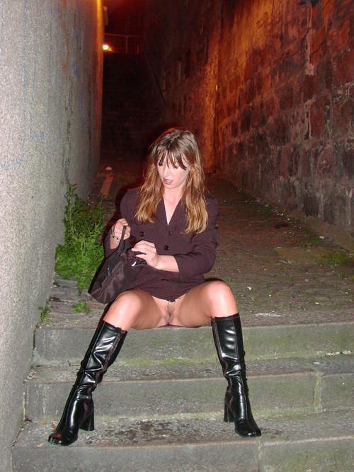 Image 1: Upskirt sans culotte dans une petite rue