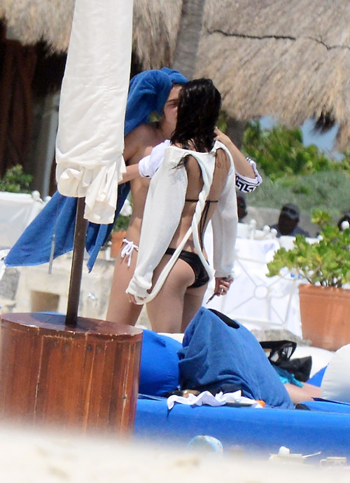 Image 4: Michelle Rodriguez et Cara Delevinge topless a Cancun