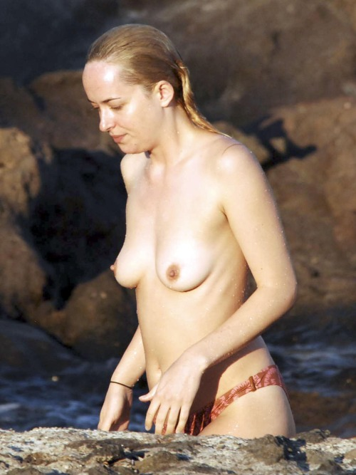 Image 1: Photo volees Dakota Johnson seins nus a la plage