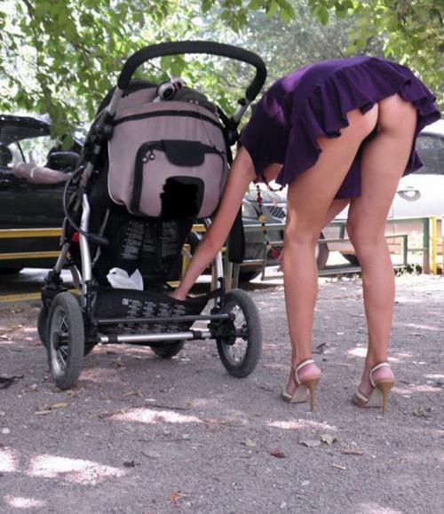 Image 1: Upskirt Une jeune maman montre son string dans un parc
