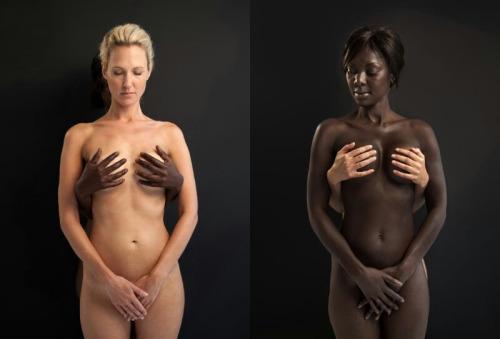 Image 1: Photo art femme nue Femme blanche avec des mains de black sur ses seins et