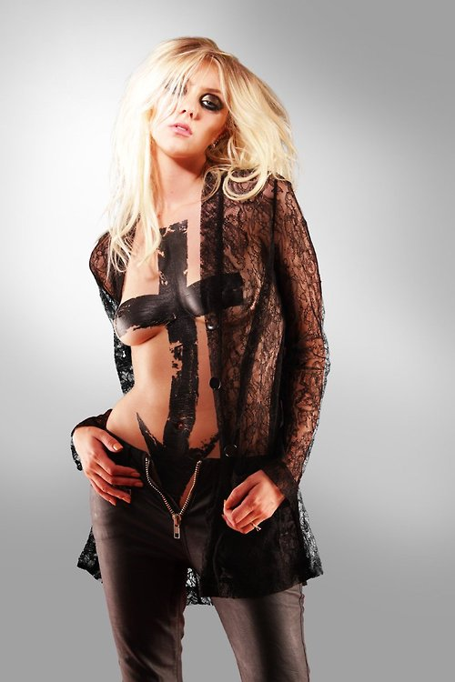 Image 1: Taylor Momsen vous montre ou planter votre queue