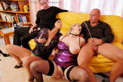 Image 1: Photos sexe uro Deux femmes a gros seins se font pisser dessus par des acteurs porno
