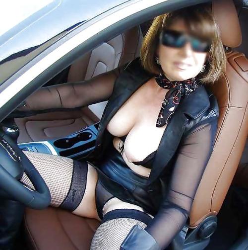 Image 1: Femme mature dominatrice montre ses seins au volant de sa voiture
