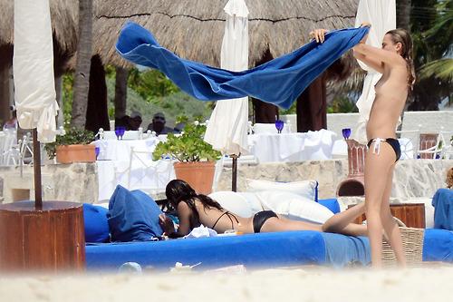 Image 7: Michelle Rodriguez et Cara Delevinge topless a Cancun