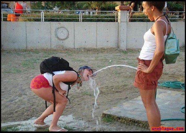 Image 6: Photos droles de femmes fontaines dans la rue