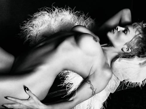 Image 1: Pamela Anderson nue est pas mal avec les cheveux courts