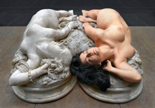 Image 1: Photo insolite d une femme qui essaye de reproduire une oeuvre d art
