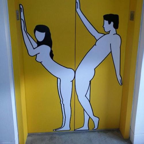 Image 1: Photo d un dessin d humour coquin sur une porte