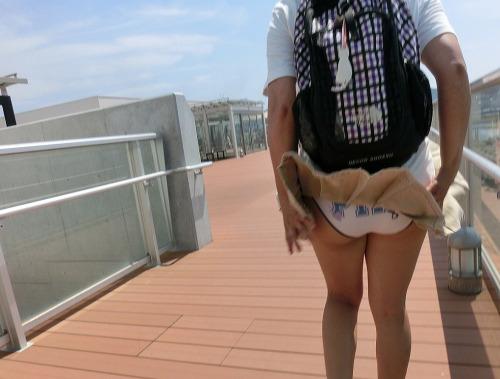 Image 1: OOPS Le vent souleve sa jupe et on voit sa culotte