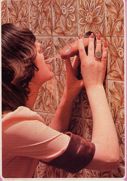 Image 1: Scandale dans un glory holes Elle croyait le sucer mais il lui pisse dans la bouche
