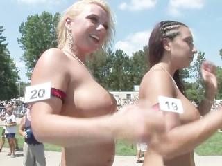 Image 1: Des salopes s exhibent nues sur un podium devant le public